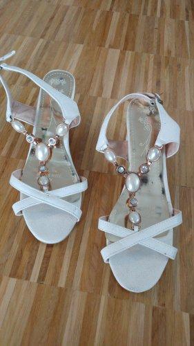 weiße Sandaletten mit Perlen