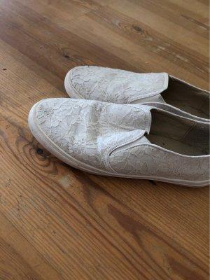 Weiße Schuhe mit spitze