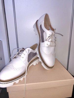 Weiße Schuhe, schicke Budapester