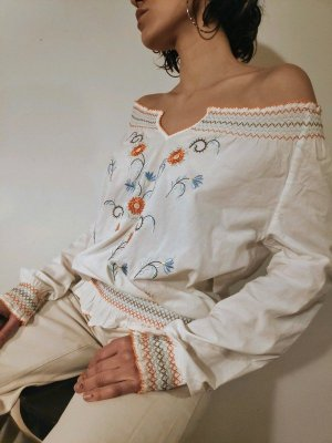Weiße schulterfreie Designer Bluse - handbestickt