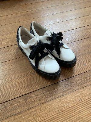Weiße sneaker mit schwarzem Plateau