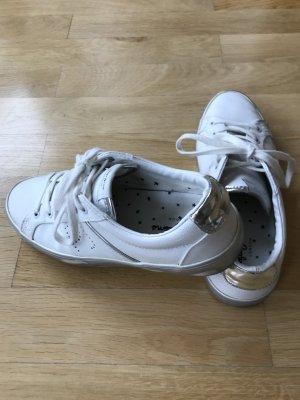 weiße Sneaker mit silbernen Akzenten