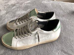 Weiße Sneaker mit silbernen Akzenten von P448 Gr.40