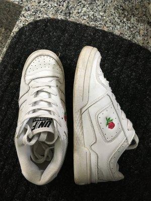 Weisse Unif Schuhe