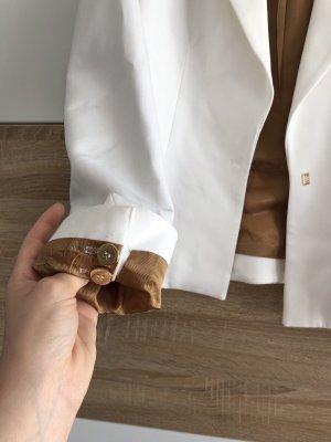Weißer Blazer mit Golddetails