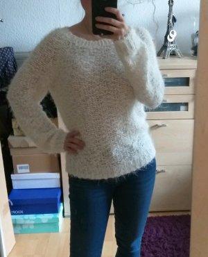 weißer flauschiger Pullover