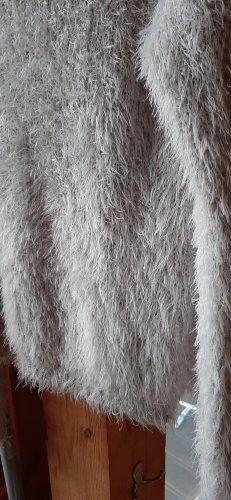 weißer fluffy pulli