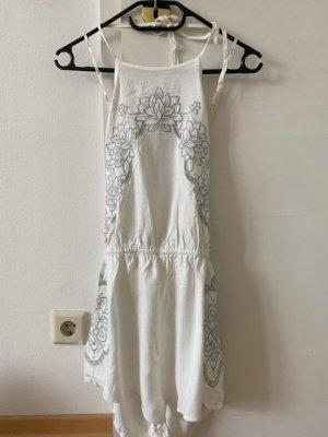 Weißer Neckholder-Jumpsuit (mit silbernem Blumenmuster)