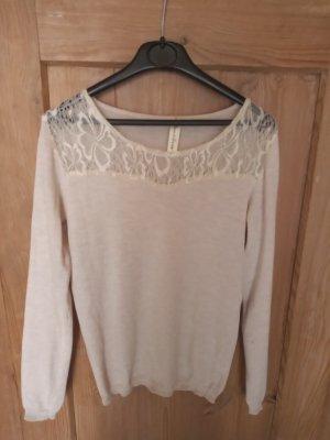 Weißer Pullover mit Spitzendetails