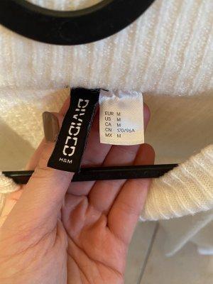 Weißer Pullover mit weiten Ärmeln