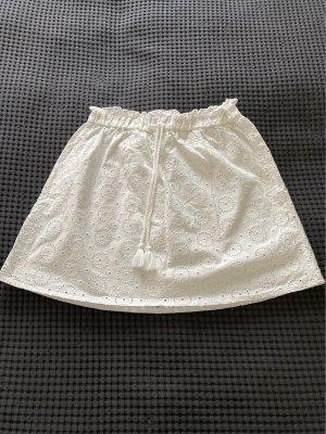 Weißer Sommerrock mit Lochstickerei