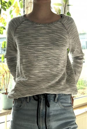 weißer sweater in strickoptik