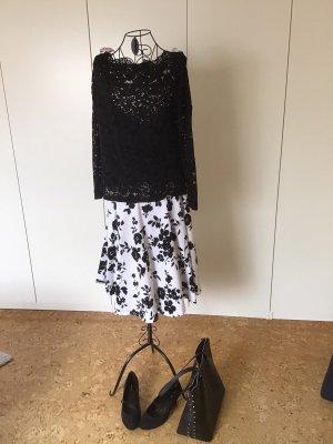 Weißer Tellerrock mit schwarzen Blumen