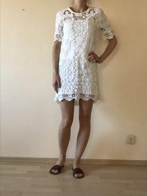 Weißes gehäkeltes Sommerkleid
