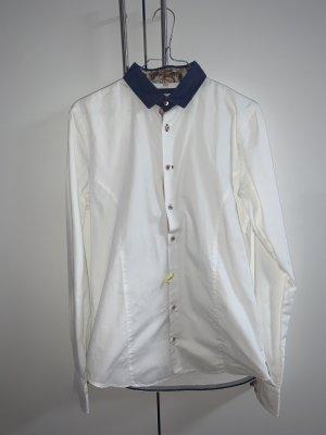 Weißes Hemd mit Blumendetails