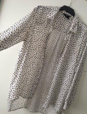 Weißes Hemd mit schwarzen Punkten