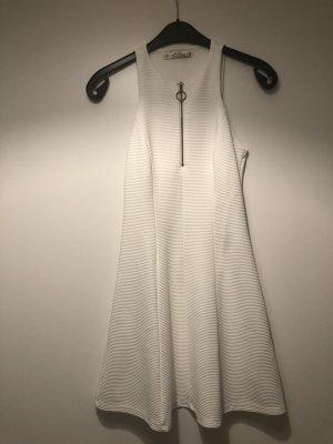 Weißes hochgeschlossenes Kleid
