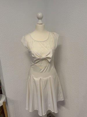 Weißes Kleid mit ausgestelltem Rock und Schleife