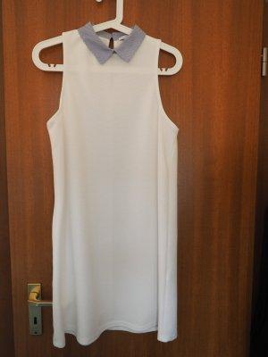 Weißes Kleid mit blau-weiß gestreiftem Kragen