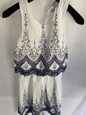 Weißes Kleid mit blauer Stickerei