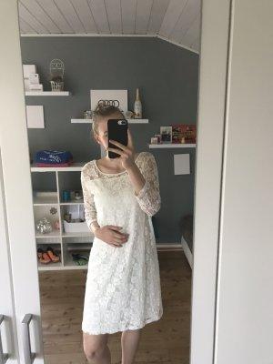 Weißes Kleid mit Blumenmuster