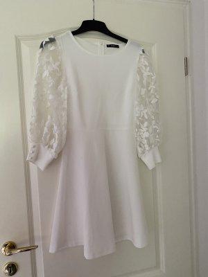Weißes Kleid mit Blumenmuster an den Ärmeln
