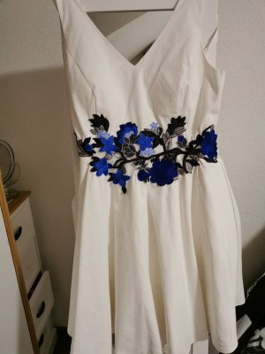 weißes Kleid mit Blumenstickerei