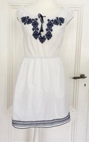 Weißes Kleid mit dunkelblauen Details
