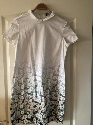 Weißes Kleid mit Gänseblümchen