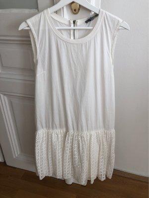 Weißes Kleid mit Rüschendetail