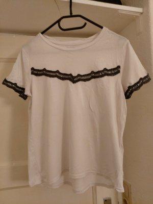 weißes Shirt mit Häkelapplikation