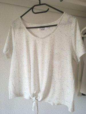 Weißes Shirt zum Knoten