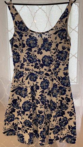 Weißes Sommerkleid mit blauen Blumen