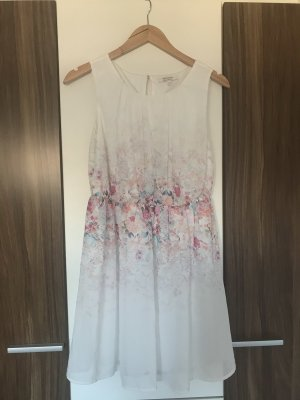 Weißes Sommerkleid mit Blümchenmuster