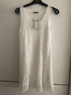 Weißes Sommerkleid mit blumigen Spitzenmuster
