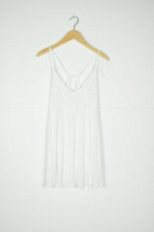 Weißes Sommerkleid mit floralen Stickereien / Patches auf der Brust