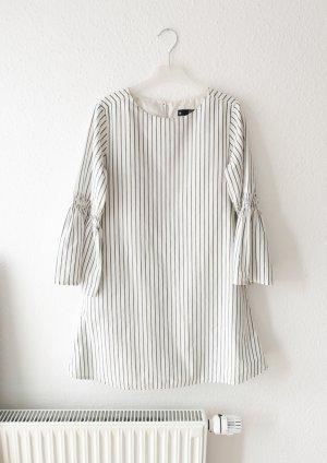 weißes Sommerkleid mit Glockenärmeln