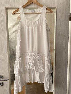 Weisses Sommerkleid mit raffinierten Details