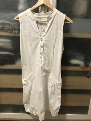 Weißes Sommerkleid mit Spitzendetails