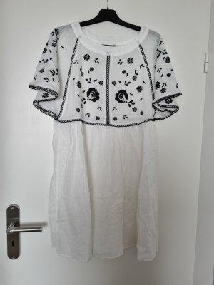 Weißes Sommerkleid mit weiten Ärmeln