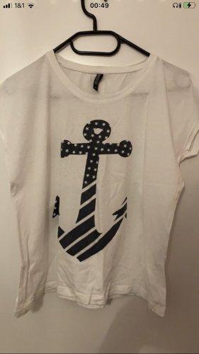 Weißes T-Shirt mit Blauem Anker drauf