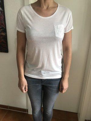 Weißes T-Shirt mit Brusttasche und Stickerei