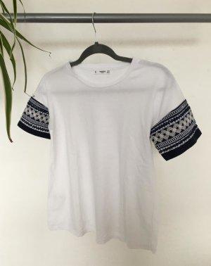 Weißes T-Shirt mit gemusterten Ärmeln