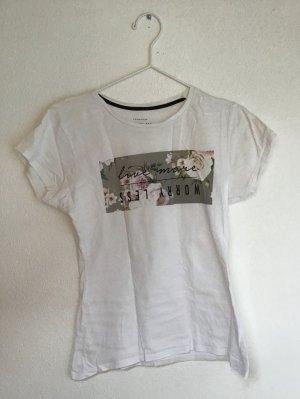 weißes T-Shirt mit Schriftzug und Blumenaufdruck