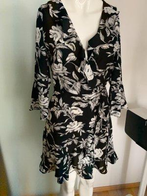 PrettyLittleThing Robe à volants noir-blanc