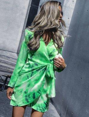 Wickelkleid mit Batik und Knoten