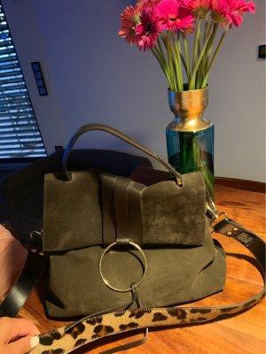 Wildleder-Tasche mit Leo-Print Riemen