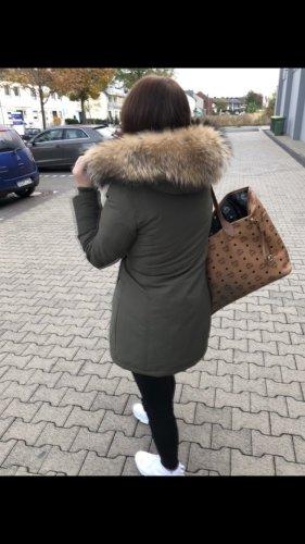 unbekannte Futrzany płaszcz khaki