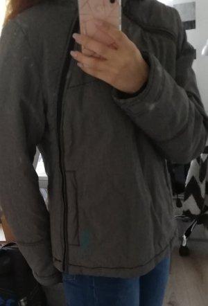 Winterjacke grau mit Kapuze und seitlichem Reißverschluss
