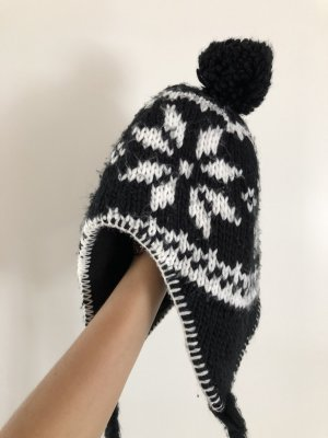 Pointed Hat white-black